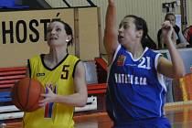 Strakonické béčko žen dvakrát v play off II. ligy porazilo doma BaK Plzeň – 84:54 a 64:34. Vlevo je Eva Šindelářová, která dala v součtu obou zápasů 27 bodů.