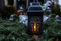 Hřbitovy zůstávají v období Dušiček otevřené.