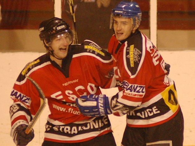 Strakoničtí hokejisté jsou nejlepším, týmem v kraji pro sezonu 2007/2008. Nyní je čeká kvalifikace o II. ligu. Na snímku jsou Petr Stropnický (vlevo) a Jan Hora.