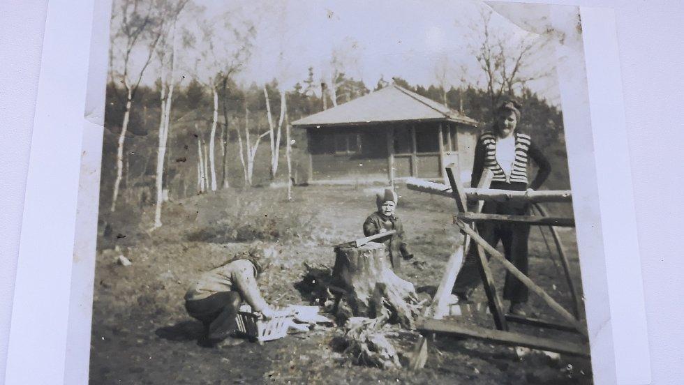 Chatařství u Boršova nad Vltavou: Bude chladno. Příprava dřeva na zimu, pracuje celá rodina.