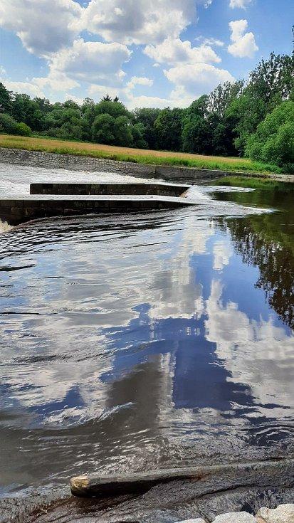 Žena zůstala pod jezem ve Štěkni, vytáhli ji ostatní vodáci. Foto: Policie ČR