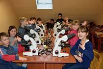 Děti se v podělí 5. března v DDM ve Vodňanech setkaly s vědeckými pracovníky, kteří je učili pracovat s pomocí mikroskopických přístrojů.