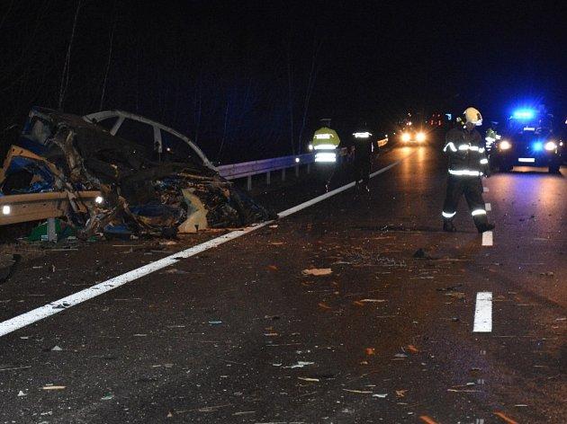 K těžké dopravní nehodě došlo na silnici 149, obchvat u Vodňan. Střetlo se tu osobní vozidlo s nákladním. Příčinu havárie se vyšetřuje.