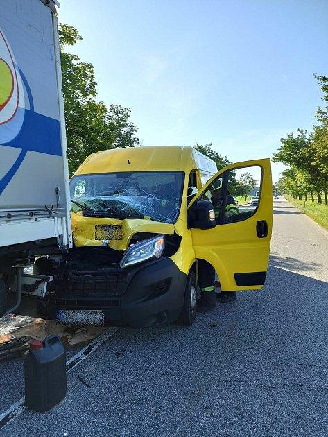 Řidič chtěl pustit kachny, druhý do něj naboural zezadu.