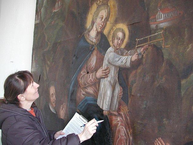 Největším obrazem ve vodňanském muzeu je oltářní plátno s výjevem Panny Marie Monserratské s Ježíškem. Do výstavních prostor synagogy se v těchto dnech vrátilo z restaurátorské dílny. U původního ještě poškozeného, je ředitelka muzea Jitka Velková.