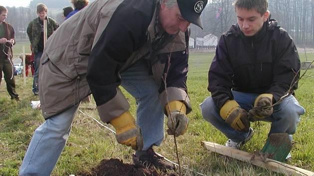 Dobrovilníci sázeli stromy