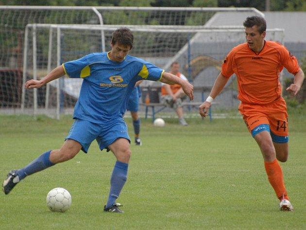Strakoničtí fotbalisté v posledním utkání sezony před domácím publikem prohráli s Doubravkou 2:3, když vedli 2:1. Velkou šanci za tohoto stavu měl Petr Hovorka (vpravo, vlevo je hostující Martin Smíšek), který trefil ale jen tyč.