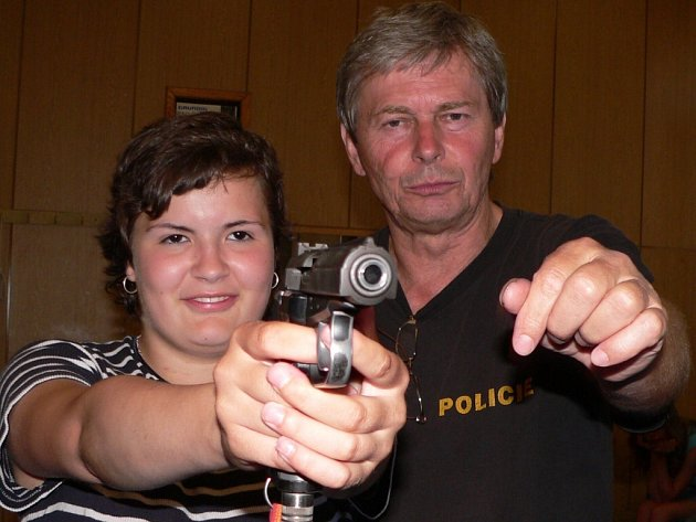 Žáci si mohli při včerejší návštěvě strakonické policie vyzkoušet i střelbu na trenažeru. Na snímku jsme zachytili Lucii Filipčíkovou s policistou Josefem Koželuhem.