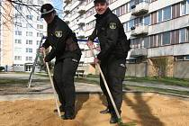 Městská policie při práci v ulicích. Na snímku strážníci hledají injekční stříkačky na dětských hřištích.