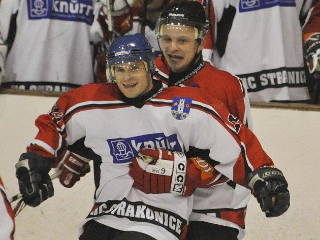 Strakonicím se v prvním přípravném utkání dařilo, v Příbrami vyhrály 7:3. Dva góly a jednu asistenci si připsal Jan Kadlec (v popředí), třikrát asistoval Roman Šulčík (vzadu).