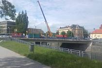 Rekonstrukce pokračuje na druhé polovině mostu.