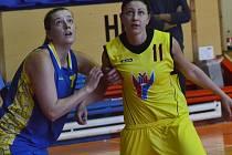 Hrající trenérka basketbalového béčka strakonických žen Petra Lukešová (vpravo).