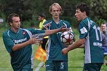 Fotbalisté Bělčic vyhráli turnaj Tesla Blatná Cup. Z pěti zápasů čtyři vyhrália jeden prohráli. Na snímku zleva jsou mladíci Jan Cibulka, Lukáš Mach a David Říský.