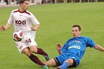 Strakoničtí fotbalisté se v neděli proti Amiře Praha (16) pokusí navázat na výkon z Písku. Na snímku z tohoto duelu jsou v souboji zleva Moravec (Písek) a ve skluzu Petr.
