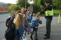 Informace k bezpečnému přecházení poskytovali policisté v úterý policisté u volyňské základní školy a ve Strakonicích u ZŠ Dukelská