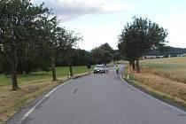 Pohled na místo sobotní ranní tragické nehody u Blanice na Strakonicku, kde auto přejelo devatenáctiletého muže ležícího na silnici.