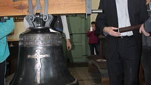 Splnil se mu sen. Farář si nesl zvon do kostela