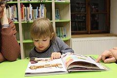 Návštěvníky dětského oddělení Šmidingerovy knihovny ve Strakonicích navštívil čert s Mikulášem a andělem už v pondělí