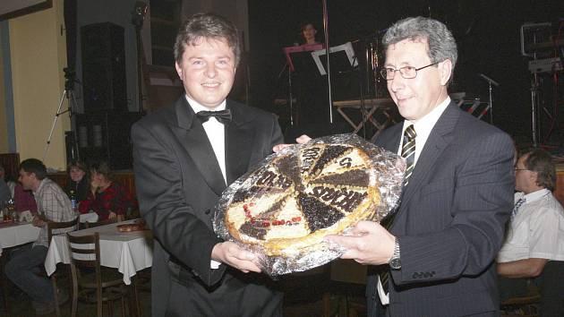 Předávání koláče smíchu v Malenicích. Letos dostal cenu kouzelník Gino (vlevo).