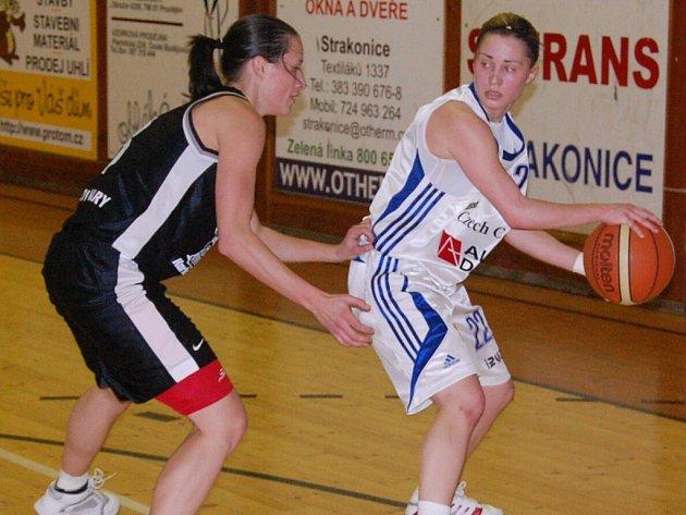 Strakonické basketbalistky budou v neděli bojovat o první vítězství v letošní sezoně nad Slovankou (vpravo je Zuzana Pilátová).