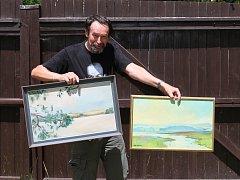 Jan Bauer s obrazy, které věnoval.