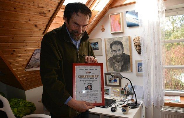 Novinář a spisovatel Jan Bauer nejraději píše na své chalupě ve Vodňanech.