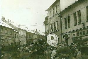 Fotka zachycuje demonstranty na Velkém, v roce 1989 ještě Revolučním, náměstí.