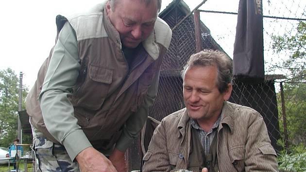 Rybářské závody v Drachkově. Na snímku jsou zleva Zdeněk Pechlát a Vladimír Sefčík.