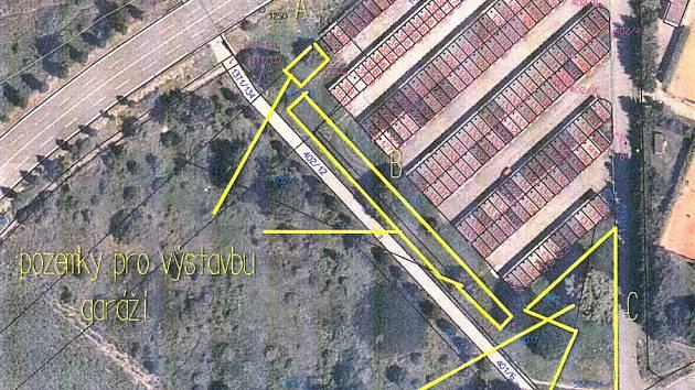MAPA LOKALITY u garáží v blízkosti ulic Máchova a Mírová. Žluté obrysy vyznačují pozemky,  které lidé obou ulic hájí a jejich prodej nechtějí.