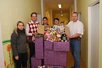 Předání dárků v Dětském centru JčK