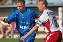 První divizní trefu si v utkání proti Voticím připsal strakonický záložník Tomáš Zelenka (vlevo v souboji s Budilem), když zvyšoval na 2:0. Jihočeši nakonec vyhráli 3:2.