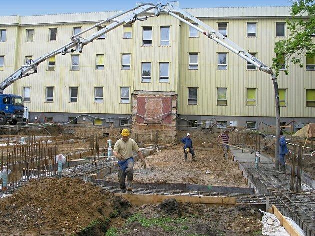 Stavba jižního křídla nemocnice.