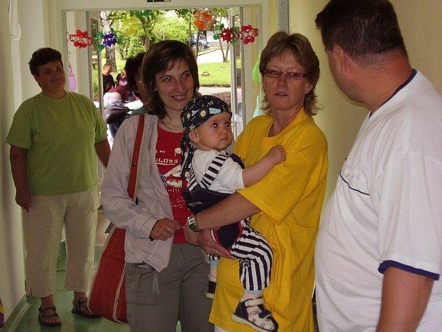 O zkušenosti s adopcí se na setkání rodičů přijelo do Dětského centra Jihočeského kraje podělit dvanáct rodin.