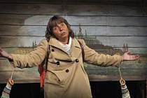 Hrdinka příběhu, žákyně druhé třídy základní devítileté školy Helenka Součková, nás zkoumavým i naivním pohledem osmiletého dítěte sugestivně provází tragikomickými roky husákovské normalizace, tak jak se na počátku 70. let promítala do světa dětí i dospě