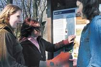 Na informační ceduli v Husových sadech v Blatné už poničili vandalové krytinu i nápisy.