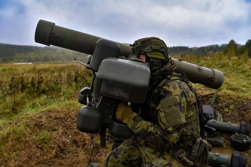 Operátor kompletu RBS-70 sleduje cíl.  Foto: VeKySIO