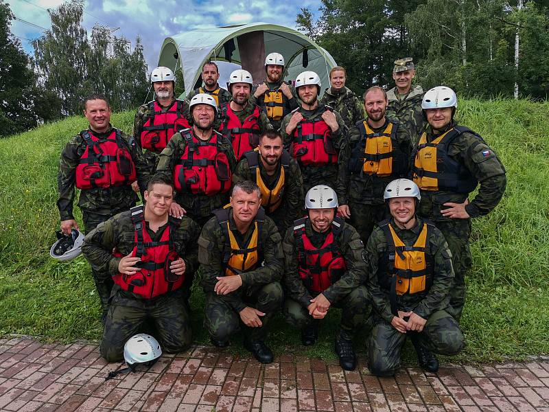 Účastníci výcviku ve vojenském plavání.