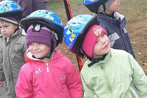 Děti v Drahonicích mají nové dopravní hřiště.