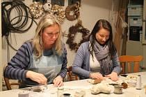 V kavárně a čajovně U  Lípy se v pátek 24. ledna vyráběla šitá dekorativní srdce.