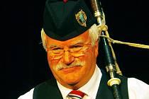 Iain MacDonald ze skotského souboru Neilston District Pipe Band.