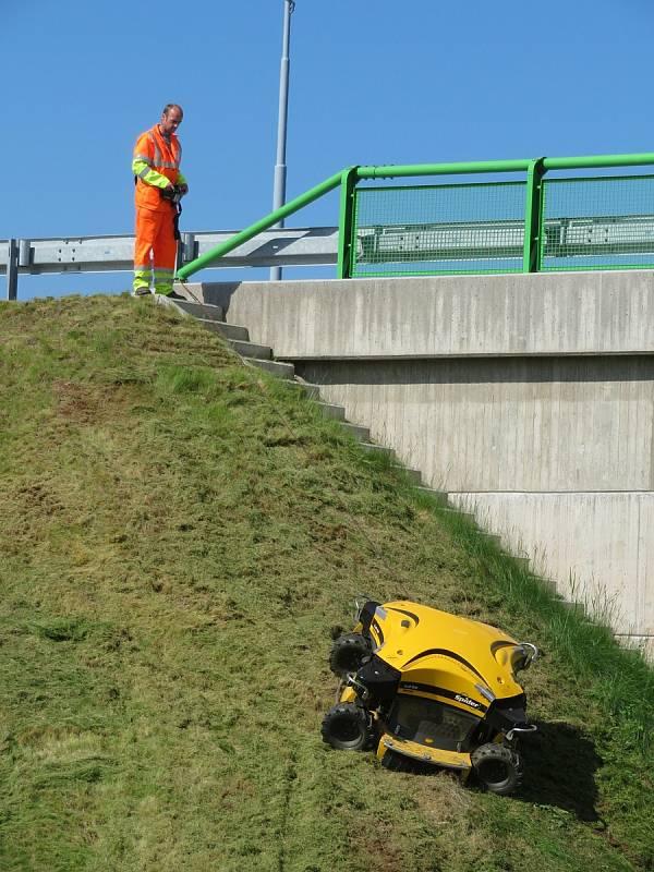 Robotické sekačky jsou cennými pomocníky při kosení svahů dálnice D3. Dálkově je ovládají zaměstnanci Střediska správy a údržby dálnic z Chotovin.