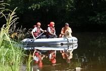 Hasiči a psovod se psem prohledávali v  úterý hladinu a nepřístupná zákoutí řeky Otavy.  Foto: