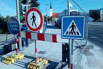 Od 9. května je z důvodu úpravy povrchu  uzavřen chodník na mostu Jana Palacha ve Strakonicích ve směru od Plzně.