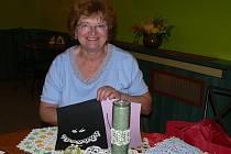 Eva Drančáková vytváří z krajek dečky, ale i šperky a vánoční ozdoby