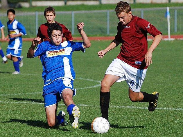 Dva ze čtyř gólů starších žáků Strakonic proti Blatné dal Martin Tušer (vpravo).