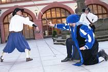 Při slavnostním ukončení sezony na lnářském zámku nechyběli ani šermíři.