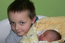 Victorie Čonková se narodila 1. ledna v 15.19 hodin. Na snímku jí v náručí drží pětiletý bráška Tadeáš.