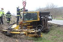 Vozidlo těžké 22 tun skončilo v příkopu.