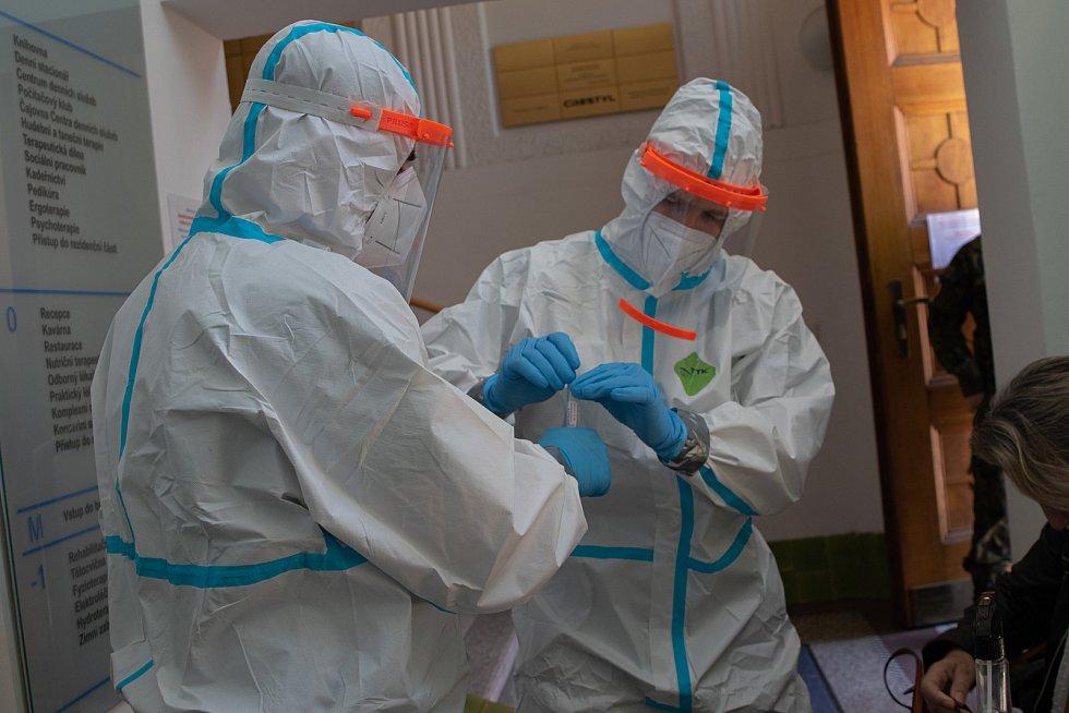 Strakoničtí zdravotníci bojují s koronavirem v nemocnicích, domovech pro seniory či působí v odběrových týmech.