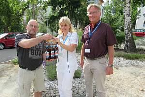 Zleva ředitel pivovaru Dušan Krankus, hlavní sestra nemocnice Edita Klavíková a ředitel nemocnice Tomáš Fiala.